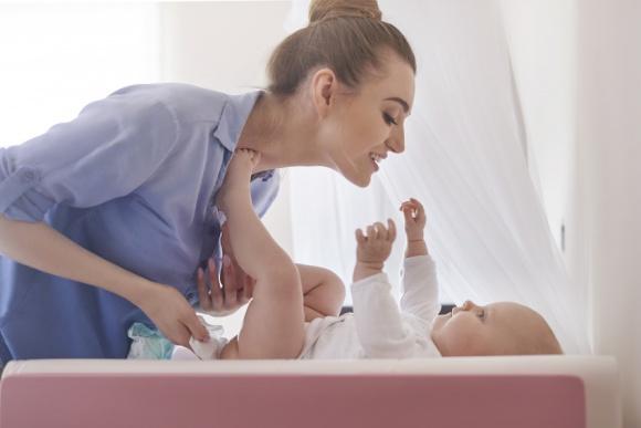 Kobieta zajmująca się małym dzieckiem.